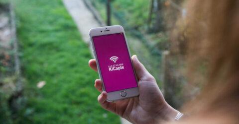 Main tenant une téléphone mobile ayant activé l'application Kicapte développé par le département d'Ille et Vilaine pour recenser les zones grises et inciter les opérateurs à faire les travaux pour améliorer la couverture du réseau mobile.